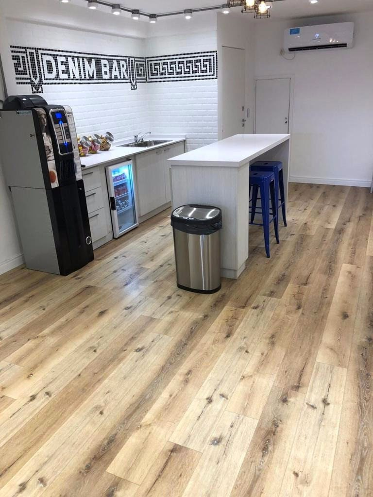 Venta e Instalación piso vinilico 4 mm en Denim Bar